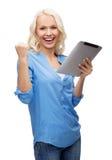 Mujer joven feliz con el ordenador de la PC de la tableta Foto de archivo libre de regalías