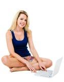 Mujer joven feliz con el ordenador portátil Foto de archivo