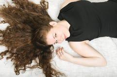 Mujer joven feliz con el pelo largo agradable Imagen de archivo libre de regalías