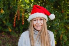 Mujer joven feliz con el sombrero de la Navidad Fotografía de archivo libre de regalías