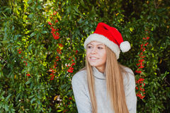 Mujer joven feliz con el sombrero de la Navidad Imagen de archivo libre de regalías