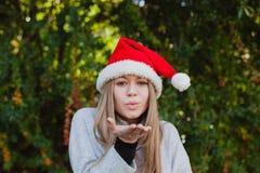 Mujer joven feliz con el sombrero de la Navidad Fotos de archivo