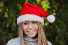 Mujer joven feliz con el sombrero de la Navidad Fotos de archivo libres de regalías