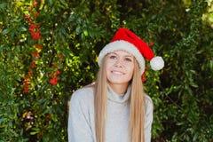 Mujer joven feliz con el sombrero de la Navidad Imagenes de archivo