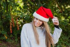 Mujer joven feliz con el sombrero de la Navidad Fotografía de archivo