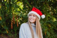 Mujer joven feliz con el sombrero de la Navidad Imágenes de archivo libres de regalías
