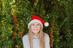 Mujer joven feliz con el sombrero de la Navidad Foto de archivo libre de regalías