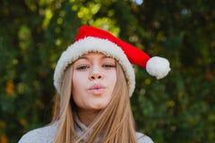Mujer joven feliz con el sombrero de la Navidad Imagen de archivo