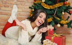 Mujer joven feliz con la actual caja y las galletas caseras para Christma Fotografía de archivo libre de regalías