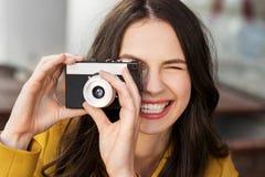 Mujer joven feliz con la cámara de la película al aire libre fotos de archivo