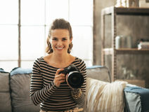 Mujer joven feliz con la cámara moderna de la foto del dslr imagen de archivo