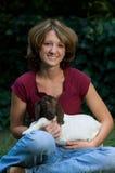 Mujer joven feliz con la cabra del bebé Foto de archivo libre de regalías