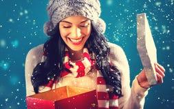 Mujer joven feliz con la caja del regalo de Navidad imagen de archivo libre de regalías