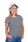 Mujer joven feliz con la camisa rayada y el sombrero Fotografía de archivo libre de regalías