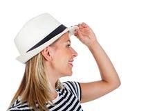 Mujer joven feliz con la camisa rayada y el sombrero Imagen de archivo