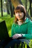 Mujer joven feliz con la computadora portátil Imagen de archivo libre de regalías