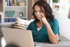 Mujer joven feliz con la computadora portátil Fotografía de archivo