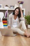 Mujer joven feliz con la computadora portátil Fotos de archivo