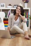 Mujer joven feliz con la computadora portátil Imagen de archivo