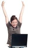 Mujer joven feliz con la computadora portátil Foto de archivo