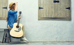 Mujer joven feliz con la guitarra Fotos de archivo libres de regalías