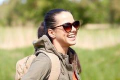 Mujer joven feliz con la mochila que camina al aire libre Imágenes de archivo libres de regalías