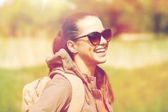 Mujer joven feliz con la mochila que camina al aire libre Fotografía de archivo