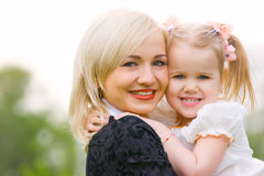 Mujer joven feliz con la pequeña hija fotos de archivo