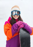 Mujer joven feliz con la snowboard al aire libre Imagenes de archivo