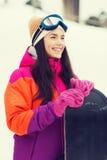 Mujer joven feliz con la snowboard al aire libre Fotos de archivo