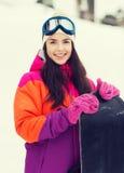 Mujer joven feliz con la snowboard al aire libre Fotos de archivo libres de regalías