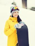 Mujer joven feliz con la snowboard al aire libre Imagen de archivo libre de regalías