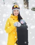 Mujer joven feliz con la snowboard al aire libre Foto de archivo