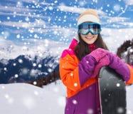 Mujer joven feliz con la snowboard sobre las montañas Fotografía de archivo libre de regalías