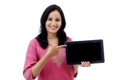 Mujer joven feliz con la tableta Imagen de archivo