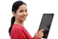 Mujer joven feliz con la tableta Fotografía de archivo libre de regalías