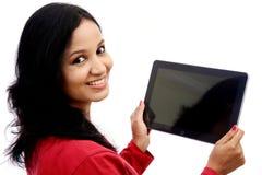 Mujer joven feliz con la tableta Fotos de archivo