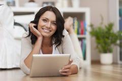 Mujer joven feliz con la tableta Imagenes de archivo