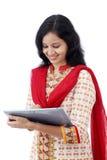 Mujer joven feliz con la tableta contra blanco Fotografía de archivo libre de regalías