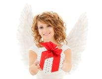 Mujer joven feliz con las alas del ángel y la caja de regalo foto de archivo libre de regalías