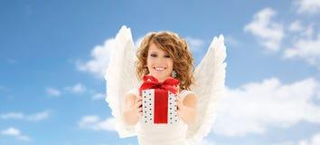 Mujer joven feliz con las alas del ángel y la caja de regalo fotos de archivo libres de regalías