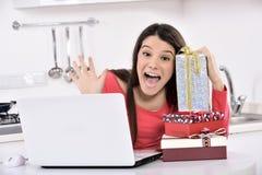 Mujer joven feliz con las cajas de regalo Imagen de archivo