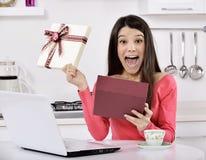 mujer joven feliz con las cajas de regalo imagenes de archivo