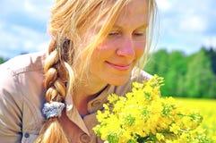 Mujer joven feliz con las flores Imagen de archivo libre de regalías
