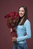 Mujer joven feliz con las rosas Foto de archivo libre de regalías