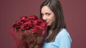 Mujer joven feliz con las rosas Imágenes de archivo libres de regalías