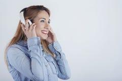 Mujer joven feliz con los auriculares imágenes de archivo libres de regalías