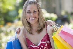 Mujer joven feliz con los bolsos de compras Imagenes de archivo