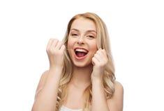 Mujer joven feliz con los dientes de la limpieza de la seda dental imagen de archivo