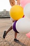 Mujer joven feliz con los globos coloridos del látex Fotografía de archivo libre de regalías